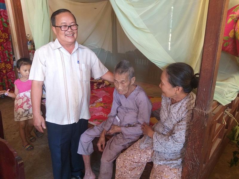 Sở Khoa học và Công nghệ thăm và tặng quà bà mẹ Việt Nam anh hùng Ngô Thị Mẫn