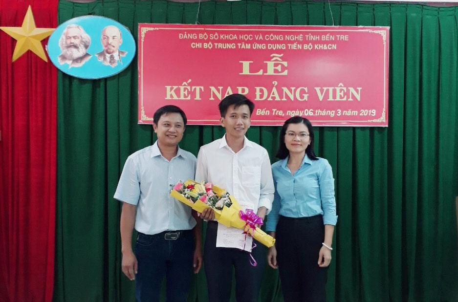 Lễ kết nạp Đảng viên của chi bộ Trung tâm Ứng dụng Tiến bộ KH&CN – Đảng bộ Sở KH&CN Bến Tre