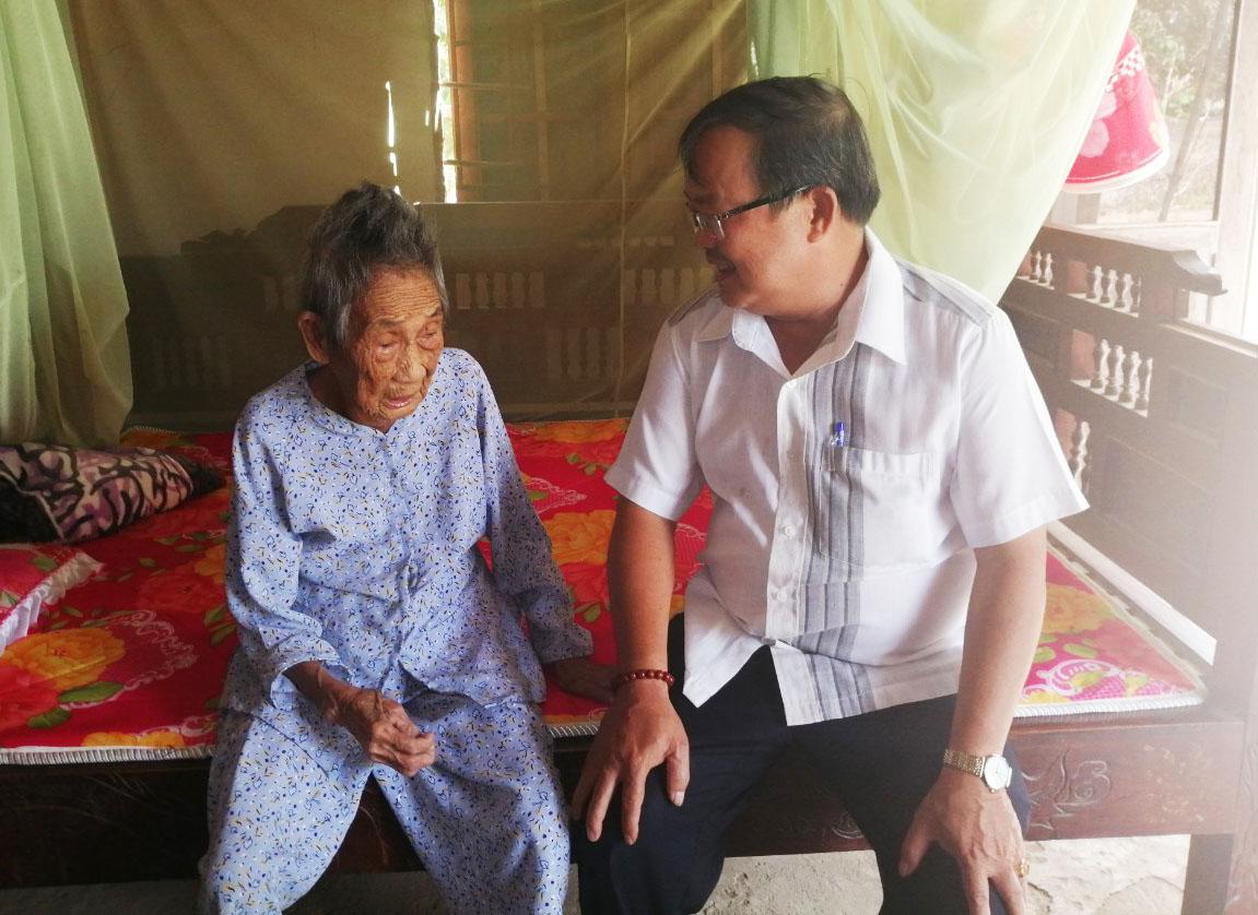Thăm, tặng quà Mẹ Việt Nam anh hùng nhân dịp lễ 30/4 và 1/5 năm 2020