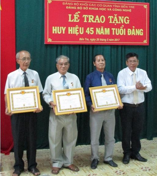 Lễ trao tặng Huy hiệu 45 năm tuổi Đảng