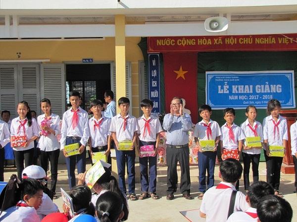 Sở Khoa học và Công nghệ tặng quà cho các em học sinh nghèo vượt khó học giỏi