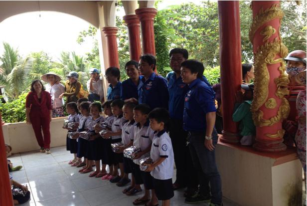 Tặng quà Tết Trung thu cho thiếu nhi tại xã Tân Lợi Thạnh và Mỹ Hòa