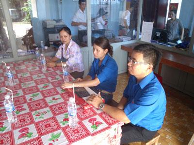 Chi đoàn Sở Khoa học và Công nghệ tặng máy tính cho các xã thuộc hai huyện Ba Tri và Thạnh Phú