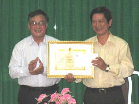 Viện KH&CN Việt Nam tặng bằng khen cho Sở KH&CN Bến Tre